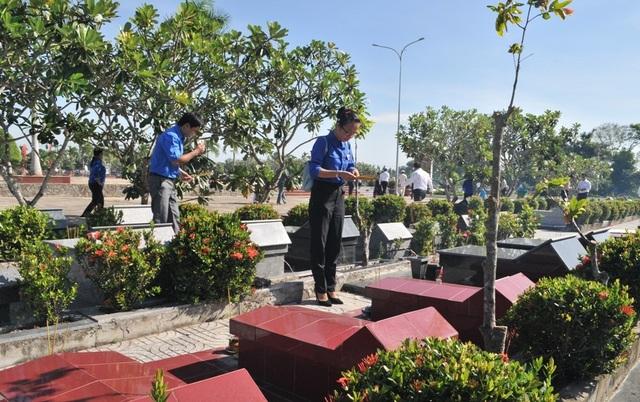 Chủ tịch Quốc hội Nguyễn Thị Kim Ngân viếng Nghĩa trang liệt sĩ Vĩnh Long - 14