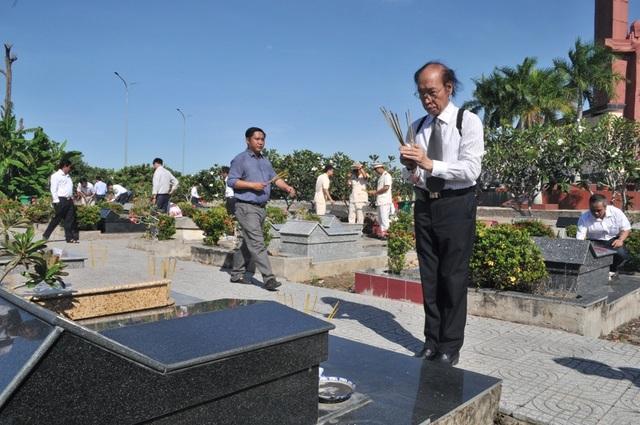 Chủ tịch Quốc hội Nguyễn Thị Kim Ngân viếng Nghĩa trang liệt sĩ Vĩnh Long - 13