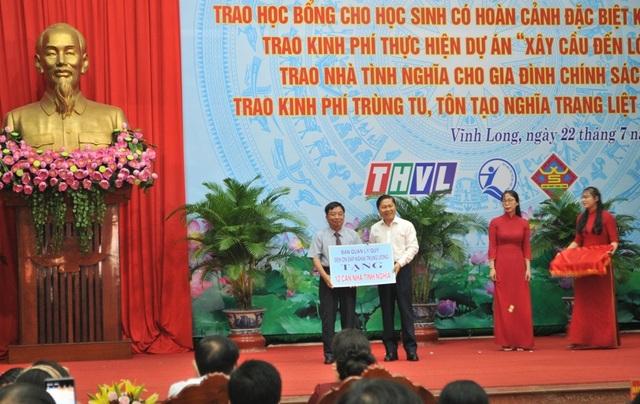 Trao nhà tình nghĩa và học bổng cho học sinh nghèo, người có công ở Vĩnh Long - 4