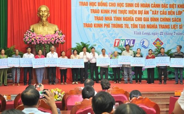 Trao nhà tình nghĩa và học bổng cho học sinh nghèo, người có công ở Vĩnh Long - 5