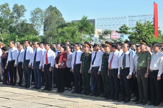 Chủ tịch Quốc hội Nguyễn Thị Kim Ngân viếng Nghĩa trang liệt sĩ Vĩnh Long - 3
