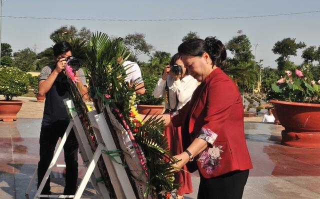 Chủ tịch Quốc hội Nguyễn Thị Kim Ngân viếng Nghĩa trang liệt sĩ Vĩnh Long - 5