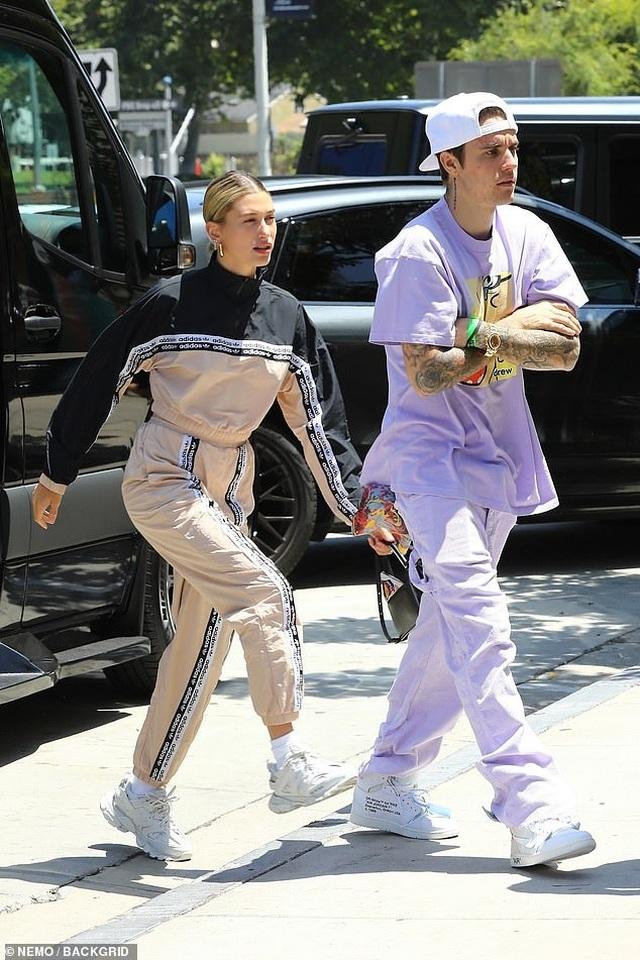 Hailey Baldwin khoe ngực gợi cảm đi ăn cùng Justin Bieber - 7