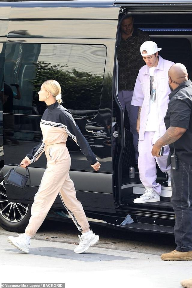 Hailey Baldwin khoe ngực gợi cảm đi ăn cùng Justin Bieber - 8