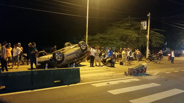 Ô tô lật ngửa, người dân cạy cửa cứu 7 người mắc kẹt bên trong - 1