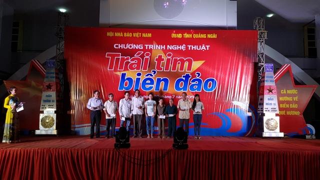 Hội Nhà báo Việt Nam tổ chức chương trình Trái tim biển đảo ở Lý Sơn - 1