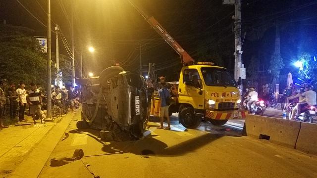 Ô tô lật ngửa, người dân cạy cửa cứu 7 người mắc kẹt bên trong - 2