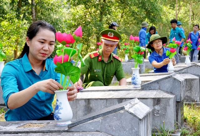 Hà Tĩnh: Dâng hơn 7.000 đóa sen lên phần mộ liệt sỹ - 2