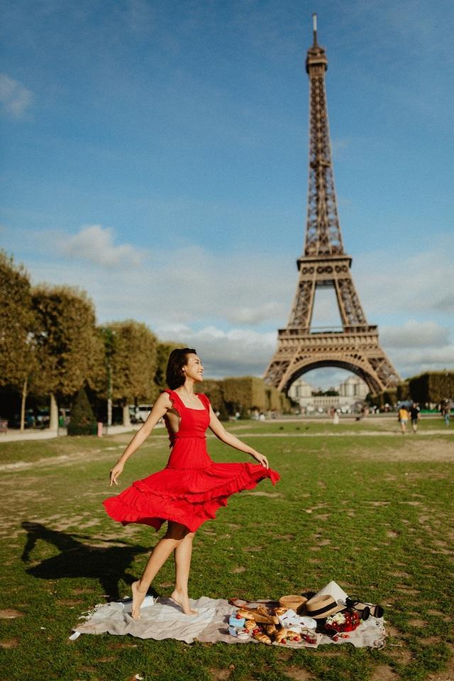 Á hậu Hoàng Oanh mang nón lá Việt thả dáng bên tháp Eiffel - 10