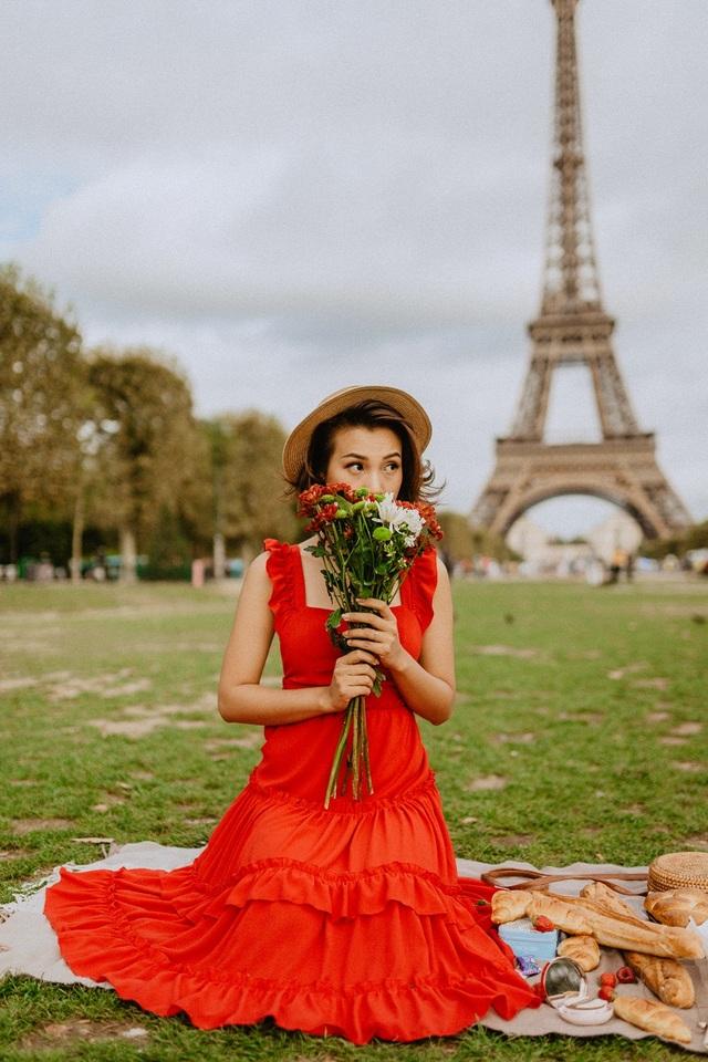 Á hậu Hoàng Oanh mang nón lá Việt thả dáng bên tháp Eiffel - 13