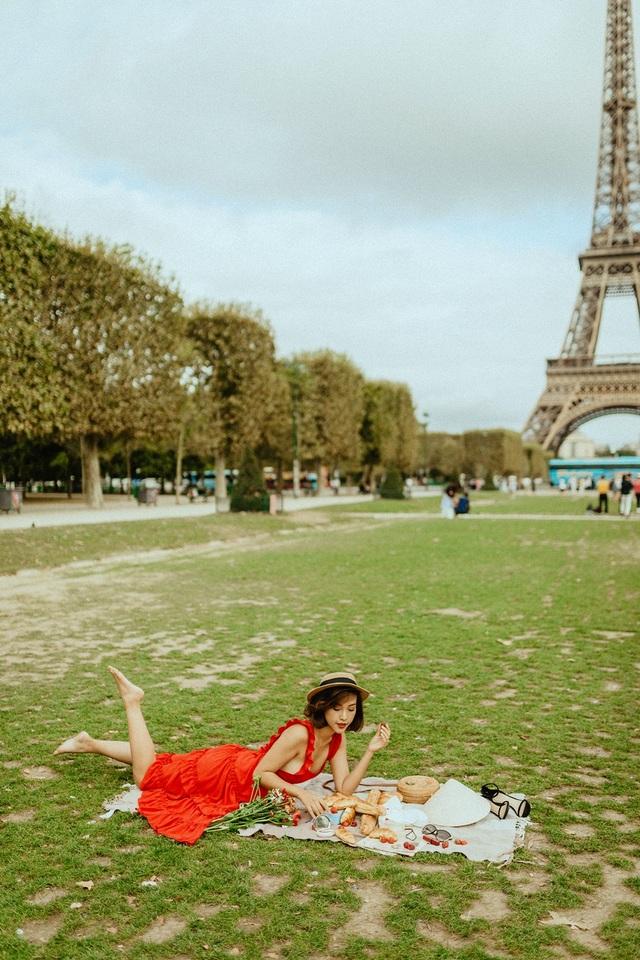 Á hậu Hoàng Oanh mang nón lá Việt thả dáng bên tháp Eiffel - 12