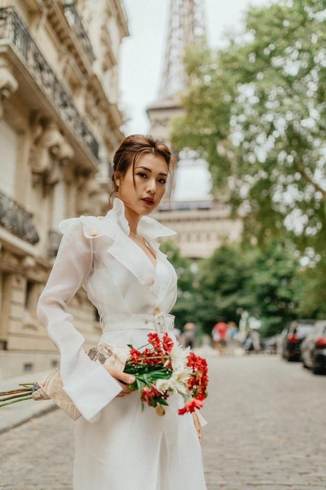 Á hậu Hoàng Oanh mang nón lá Việt thả dáng bên tháp Eiffel - 1