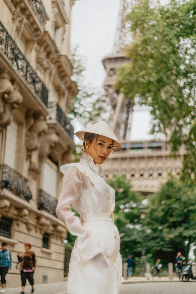 Á hậu Hoàng Oanh mang nón lá Việt thả dáng bên tháp Eiffel - 7