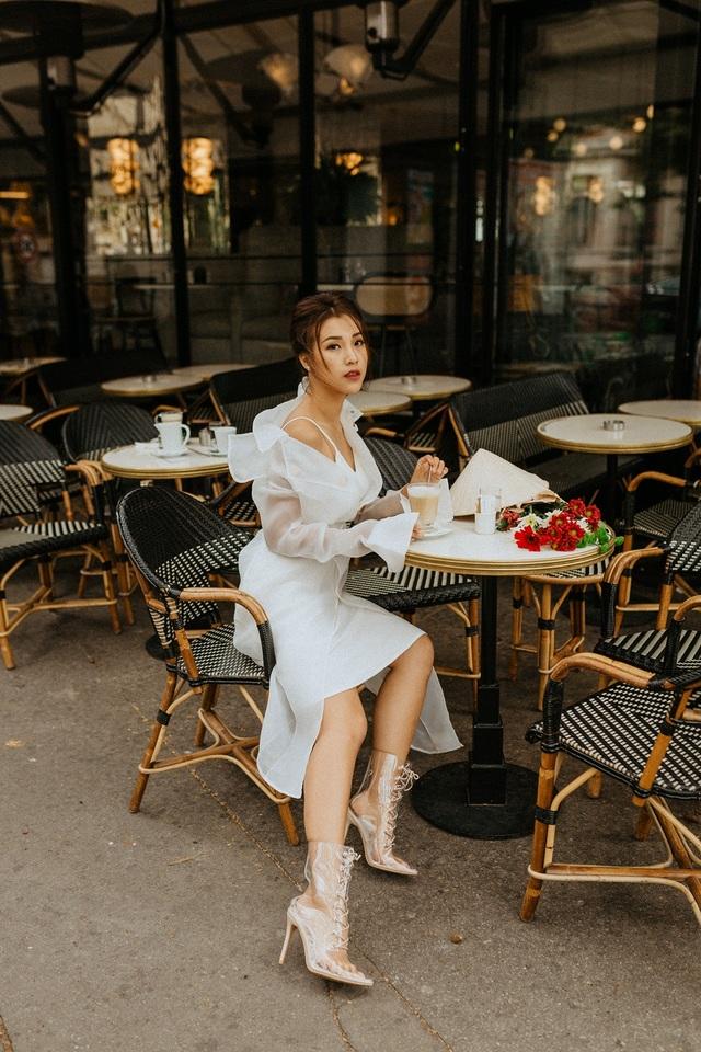 Á hậu Hoàng Oanh mang nón lá Việt thả dáng bên tháp Eiffel - 6
