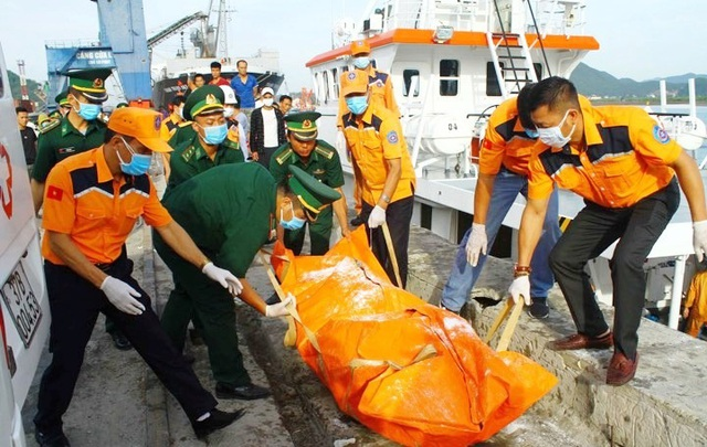 Đưa 1 phần thi thể tìm thấy gần tàu cá bị chìm vào bờ để nhận dạng - 1