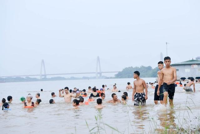 Bất chấp biển cấm, hàng trăm người đổ ra bãi cát ven sông Hồng tắm giải nhiệt  - 5
