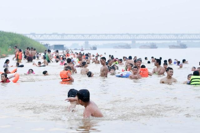 Bất chấp biển cấm, hàng trăm người đổ ra bãi cát ven sông Hồng tắm giải nhiệt  - 3