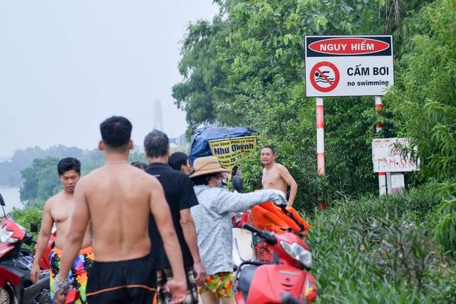Bất chấp biển cấm, hàng trăm người đổ ra bãi cát ven sông Hồng tắm giải nhiệt  - 2