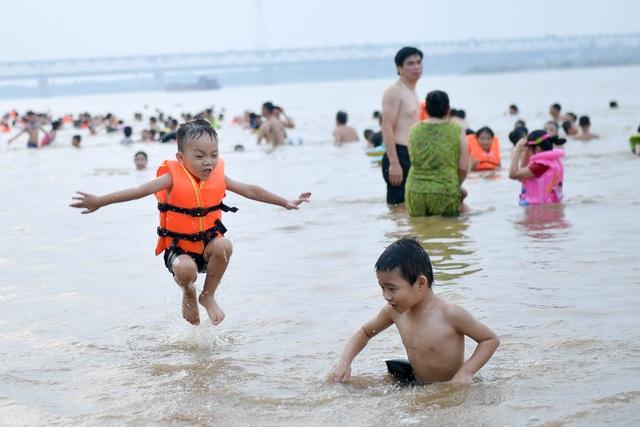 Bất chấp biển cấm, hàng trăm người đổ ra bãi cát ven sông Hồng tắm giải nhiệt  - 6