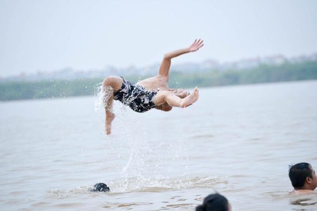 Bất chấp biển cấm, hàng trăm người đổ ra bãi cát ven sông Hồng tắm giải nhiệt  - 11