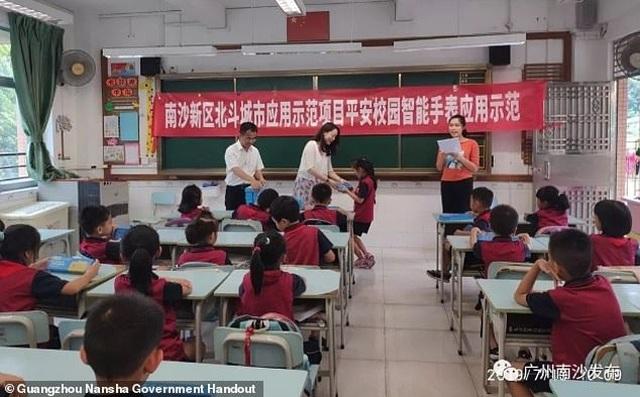 Trung Quốc: Thành phố phát 17.000 đồng hồ thông minh cho học sinh - 2
