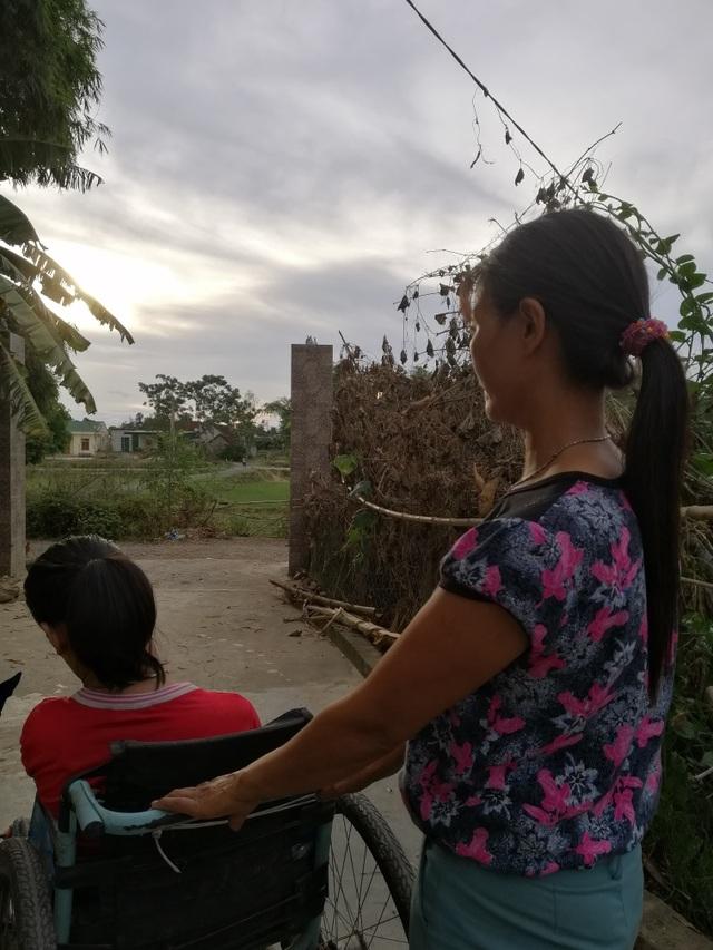 Xót xa đôi vợ chồng nghèo, con trai bỏ giảng đường đại học để ở nhà chăm chị tàn tật - 9