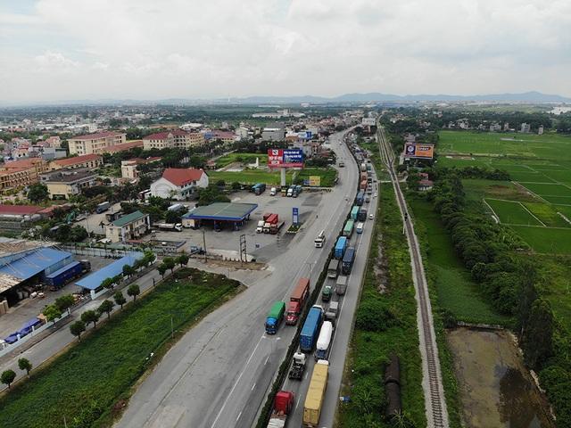 Quốc lộ 5 ùn tắc nghiêm trọng sau vụ tai nạn làm 5 người tử vong - 1