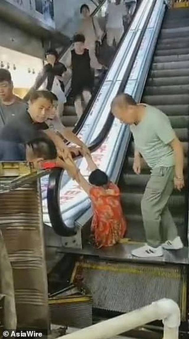 Hãi hùng cảnh người phụ nữ Trung Quốc mất chân vì kẹt vào thang cuốn - 1