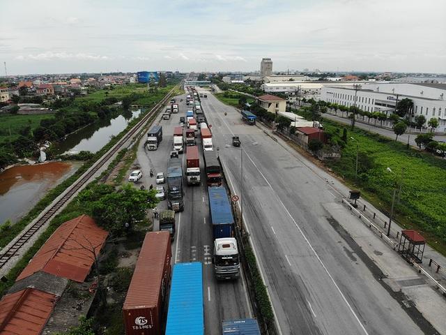 Quốc lộ 5 ùn tắc nghiêm trọng sau vụ tai nạn làm 5 người tử vong - 2