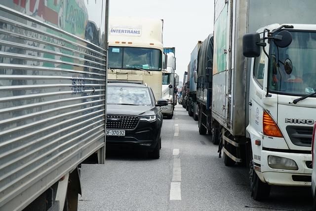 Quốc lộ 5 ùn tắc nghiêm trọng sau vụ tai nạn làm 5 người tử vong - 3