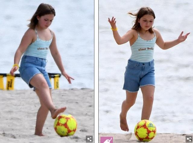 Các con của David Beckham đá bóng trên biển - 5