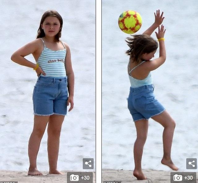 Các con của David Beckham đá bóng trên biển - 3