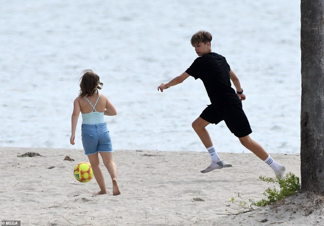 Các con của David Beckham đá bóng trên biển - 11