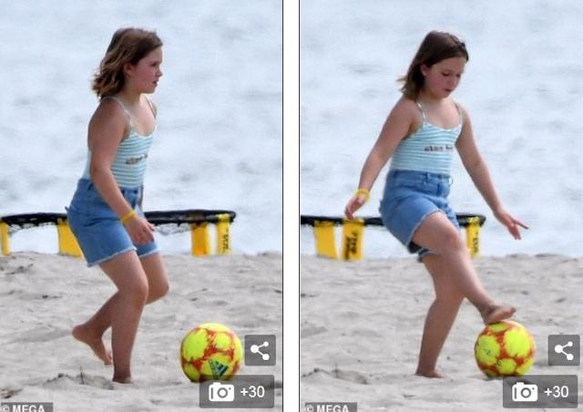 Các con của David Beckham đá bóng trên biển - 7