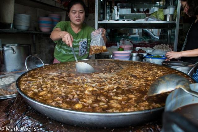 Độc đáo món bò hầm liên tục trong gần nửa thế kỷ tại Thái Lan! - 2
