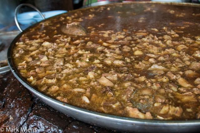 Độc đáo món bò hầm liên tục trong gần nửa thế kỷ tại Thái Lan! - 1