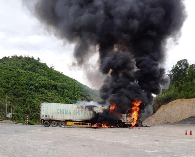 Container bốc cháy dữ dội, tài xế nhảy khỏi cabin thoát thân - 1
