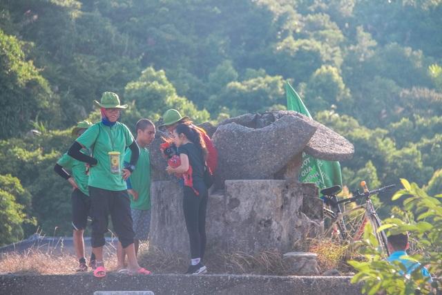 Bất chấp biển báo cấm, du khách vẫn leo trèo ở di tích Hải Vân Quan - 3
