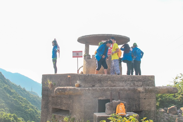 Bất chấp biển báo cấm, du khách vẫn leo trèo ở di tích Hải Vân Quan - 1