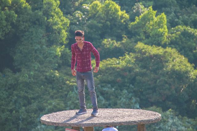 Bất chấp biển báo cấm, du khách vẫn leo trèo ở di tích Hải Vân Quan - 5