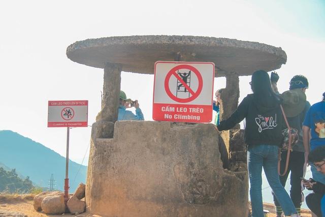 Bất chấp biển báo cấm, du khách vẫn leo trèo ở di tích Hải Vân Quan - 4