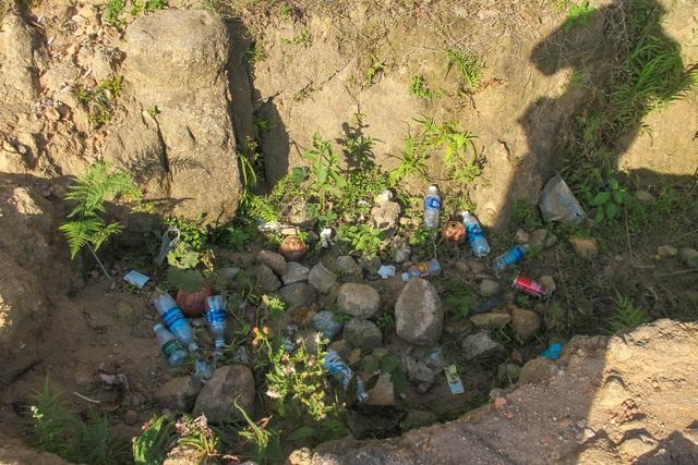 Bất chấp biển báo cấm, du khách vẫn leo trèo ở di tích Hải Vân Quan - 6