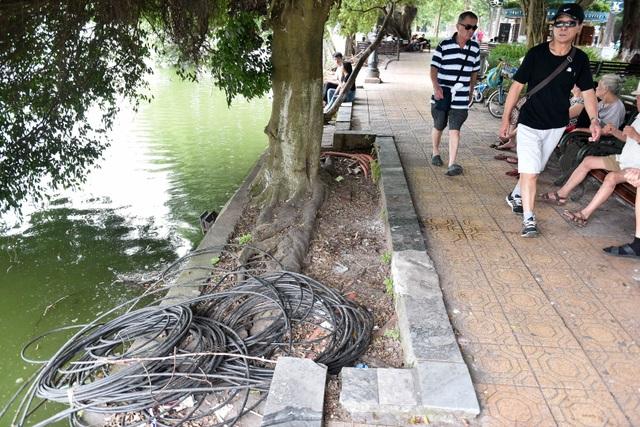 Bờ hồ Gươm nham nhở vì sạt lở kè - 6