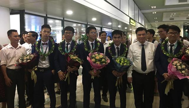 Rạng rỡ ngày về của 6 chàng trai đội tuyển Olympic Toán quốc tế 2019 - 2