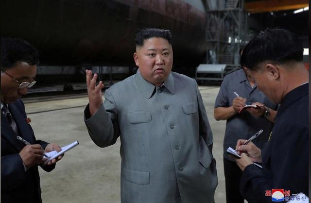 Ông Kim Jong-un thị sát tàu ngầm mới, chú ý tới các hệ thống vũ khí - 1