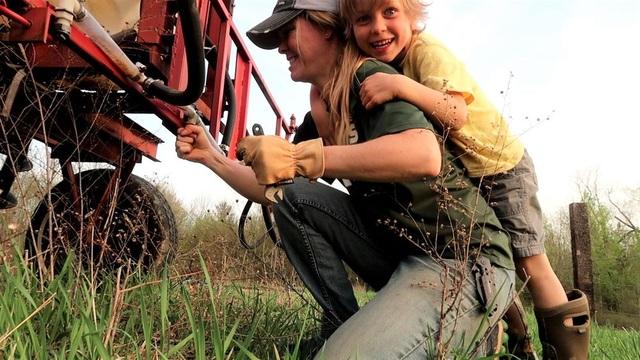 Những người nông dân đang kiếm được nhiều tiền từ Youtube hơn là làm canh tác - 1