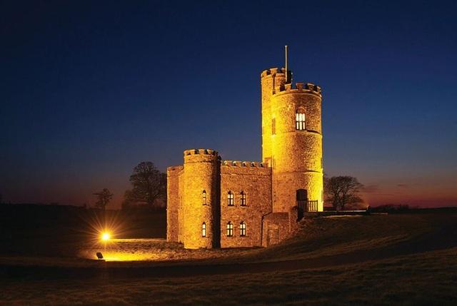 Lâu đài trung cổ tuyệt đẹp từ thế kỷ 18 với những tòa tháp và sân bay trực thăng được rao bán với giá 1,25 triệu bảng - 1