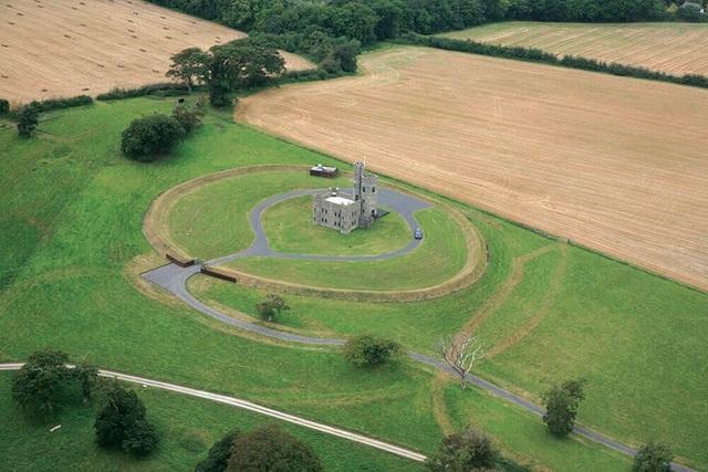 Lâu đài trung cổ tuyệt đẹp từ thế kỷ 18 với những tòa tháp và sân bay trực thăng được rao bán với giá 1,25 triệu bảng - 2
