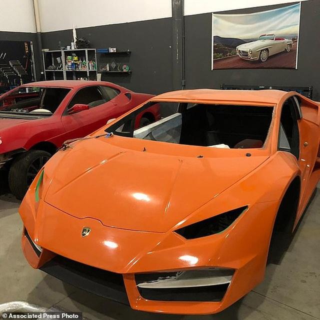Cảnh sát đột kích một nhà máy sản xuất siêu xe Lamborghini và Ferrari giả cực tinh vi - 1