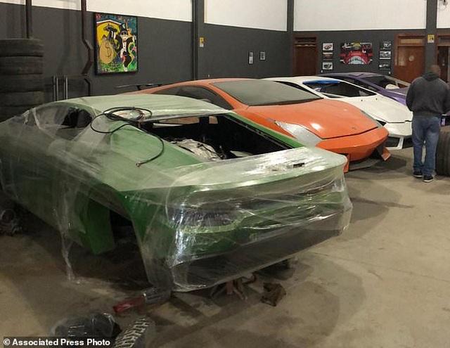 Cảnh sát đột kích một nhà máy sản xuất siêu xe Lamborghini và Ferrari giả cực tinh vi - 2